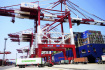 Ilustrační foto - Čínská nákladní kontejnerová loď v přístavu. Ilustrační foto.