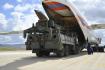 Vykládání částí ruského systému protiraketové obrany S-400 v Ankaře na snímku z 13. července 2019.