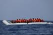 Ilustrační foto - Migranti na člunu ve Středozemním moři na snímku z 10. srpna 2019. Záchranné vesty jim poskytla posádka lodi Ocean Viking, kterou provozuje mezinárodní humanitární a zdravotnická organizace Lékaři bez hranic.