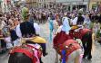 Folklorní festival Slovácký rok 18. srpna 2019 v Kyjově zpestřila jízda králů v podání chasy z nedalekých Skoronic. Mladého krále (uprostřed) v dívčím kroji s růží v ústech tradičně doprovází 25 jezdců.