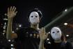 Maskovaní demonstranti během protestu v Hongkongu 5. října 2019.