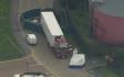 Policisté zasahují v hrabství Essex na jihovýchodě Anglie u kamionu, ve kterém bylo nalezeno 39 mrtvých těl (snímek z 23. října 2019).