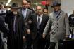 Soud na newyorském Manhattanu dnes začal projednávat ostře sledovanou kauzu hollywoodského filmového producenta Harveyho Weinsteina (uprostřed), který je obviněn ze sexuálního násilí. Vpravo jeho právník Arthur Aidala.