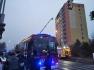 Hasiči zasahují u požáru panelového domu v Kladně v noci na 25. ledna 2020, při němž zemřela žena.