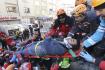 Záchranáři odnášejí  25. ledna 2020 na nosítkách zraněného muže, který přežil zemětřesení na východě Turecka.