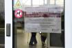 Ilustrační foto - Papír s informací o zákazu návštěv na dveřích jedné z budov v Nemocnici Prostějov na snímku z 10. března 2020.