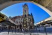 Ilustrační foto - Skupinka lidí prochází kolem Staroměstského orloje v centru Prahy. Místo, jindy plné turistů, bylo 8. dubna 2020 vpodvečer kvůli pandemii koronaviru poloprázdné.
