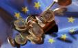 Mince o hodnotě jednoho eura jsou na vlajce Evropské unie.