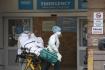 Ilustrační foto - Záchranáři převáží pacienta ve zdravotnickém centru v New Yorku, 6. května 2020.