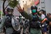 Policie při prodemokratických protestech v Hongkongu.