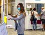 Ilustrační foto - Žena si dezinfikuje ruce ve vstupním prostoru ústecké polikliniky na snímku z 24. července 2020.