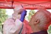 Zdravotnice odebírá zájemci vzorek na testy na nemoc covid-19 - ilustrační foto.