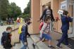 Ilustrační foto - Žáci s nasazenými rouškami vchází 1. září 2020 do Masarykovy základní školy v Újezdu nad Lesy v Praze 9. Nový školní rok budou doprovázet přísnější hygienická opatření proti šíření nového typu koronaviru.