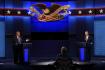 Republikánský prezident Donald Trump (vlevo) a jeho demokratický vyzyvatel Joe Biden během předvolební debaty v Clevelandu 29. září 2020. Uprostřed je moderátor Chris Wallace.