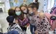Žákyně páté třídy se loučí 13. října 2020 na základní škole Kvítková ve Zlíně. Škola přejde od následujícího dne k distanční výuce všech ročníků z důvodu vládního nařízení k omezení šíření nového typu koronaviru.