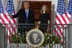 Americký prezident Donald Trump a Amy Coneyová Barrettová na balkoně Bílého domu poté, co Senát schválil nomonaci Barrettové do nejvyššího soudu, 26. října 2020.