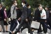 Lidé s rouškami na přechodu pro chodce v japonské metropoli Tokiu, 2. listopadu 2020.