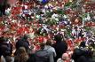 """Ilustrační foto - Lidé přicházeli 17. listopadu 2020 zapálit svíčky a položit květiny k památníku 17. listopadu 1989 na Národní třídě v Praze. Kvůli pandemii koronaviru se program oslav známých jako \""""Korzo Národní - Díky, že můžeme\"""" přesunul na internet."""