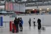 Ilustrační foto - Cestující v ochranných rouškách proti šíření koronaviru na snímku pořízeném 21. prosince 2020 v odletové hale Letiště Václava Havla v Praze.