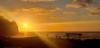 Ilustrační foto - Východ slunce nad pobřežím Nového Zélandu nedaleko Aucklandu.