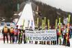 Skokané pózují 28. března 2021 v Planici se zprávou pro norského skokana Daniela-Andre Tandeho, který měl ve Slovinsku těžký pád.