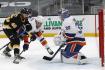 Hokejistu Bostonu Davida Krejčího se snaží před brankářem Iljou Sorokinem zastavit Ryan Pulock z New Yorku Islanders.