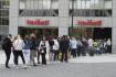 Dlouhá fronta stála 15. května 2021 u prodejny s oděvy na pražském Václavském náměstí. Všechny obchody fungují teprve první víkend po nuceném více než čtyřměsíčním uzavření kvůli koronavirové pandemii. Obchodníci k víkendu směřovali marketingové a slevové akce.