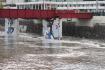 Vytrvalými dešti rozvodněná řeka Radbuza 14. května 2021 zatopila náplavku v Plzni.
