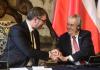 Zleva srbský prezidentAleksandar Vučić a český prezident Miloš Zeman se zdraví po jednání na Pražském hradě 18. května 2021.