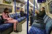 Ilustrační foto - Cestující s respirátory v londýnském metru. Ilustrační foto.