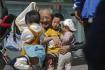 Senior si hraje s dětmi v Pekingu. Ilustrační foto.
