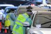 Zdravotníci v australském Sydney 25. června 2021 odebírali lidem v autech vzorky pro testování na koronavirus.