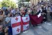 Organizátoři pochodu hrdosti sexuálních menšin (LGBT), který se měl dnes konat v Tbilisi, akci kvůli násilnostem odvolali. Skupiny oponentů (/na snímku blokují cestu pochodu) totiž napadly a vyplenily jejich kancelář.