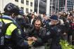 Policisté zadržují demonstranta v australském Sydney. Lidé vyšli do ulic vyjádřit nesouhlas s přísnými protiepidemickými restrikcemi.