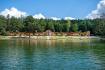Přírodní koupaliště Dachova na Jičínsku (na snímku z 29. července 2021) láká návštěvníky stylovými dřevěnými kabinami na převlékání, písečnou pláží a dnem z pískovcových kvádrů. Přítok z blízkého zalesněného svahu zajišťuje čistou vodu. Koupaliště vzniklo v roce 1925 podle projektu profesora hořické sochařsko-kamenické školy a cestovatele Karla Bachury na místě bývalého dachovského rybníka.