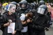 Němečtí policisté zatýkají účastníky berlínské demonstrace proti koronavirovým opatřením, 1. srpna 2021.