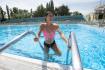 Ilustrační foto - Žena se koupe v bazénu 12. srpna 2021 na koupališti Cihelna v Pardubicích.