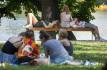 Ilustrační foto - Lidé odpočívají na Střeleckém ostrově v Praze na snímku pořízeném 15. srpna 2021, kdy se teploty pohybovaly nad tropickými 30 stupni Celsia.