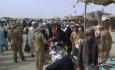 Pákistánští vojáci kontrolují dokumenty Afgháncům, kteří překročili hraniční přechod vChamanu, 16. srpna 2021.