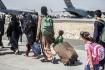 Rodiny evakuované americkou armádou na letišti v afghánské metropoli Kábulu, 24. srpna 2021.