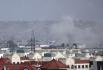 Kouř stoupající z místa výbuchu u letiště v afghánské metropoli Kábulu, 26. srpna 2021.