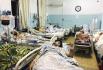Afghánci zranění při bombovém útoku u letiště v Kábulu, 26. srpna 2021.