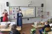 Žáci Základní školy v Hruškách na Břeclavsku zahájili 1. září 2021 školní rok v náhradních prostorách bývalé školy ve Tvrdonicích. Hrušky koncem června zasáhlo tornádo, které tamní školu silně poškodilo. Děti ve třídě vítají učitelkaBarbora Čermáková (vlevo) a ředitelka Svatava Bradávková.