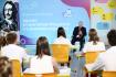 Ruský prezident Vladimir Putin beseduje s žáky ve školepři zahájení školního roku.