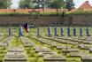 Čestná stráž odnáší státní vlajku po tryzně za oběti nacistické perzekuce 5. září 2021 na Národním hřbitově v Terezíně na Litoměřicku.