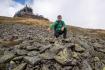Přírodní prostředí na Sněžce je nenahraditelné, přísné ochraně podléhají také geologické procesy na nejvyšší české hoře. Na snímku z 3. září 2021 mluvčí Správy KRNAP Radek Drahný ukazuje na kamenný mnohoúhelník, takzvaný polygon, který vznikl působením mrazu a vody.
