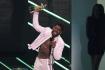 Rapper známý jako Lil Nas X s oceněním při udílení hudebních cen americké televize MTV.