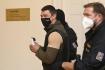 Zadržený Rus Alexandr Frančetti, jehož vydání žádá Ukrajina, odchází 14. září 2021 v doprovodu eskorty z jednací síně pražského městského soudu.