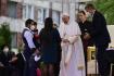 Papež František (uprostřed) se setkal s příslušníky romské menšiny na největším slovenském romském sídlišti Luník IX v Košicích, 14. září 2021.