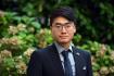 Hongkongský prodemokratický aktivista Simon Cheng, který na pozvání radnice Prahy 3 přiletěl do České republiky, pózuje fotografům16. září 2021 v Praze.